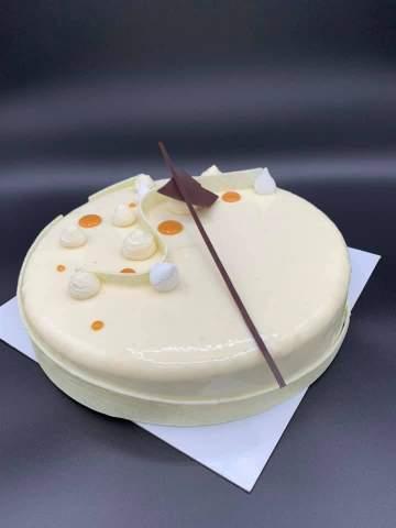 Gâteau à la vanille intérieur caramel