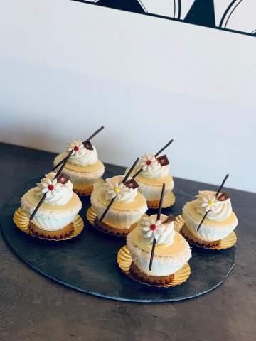 Plateau de mini gâteau à la crème